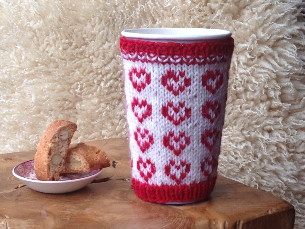 This cup cosy pattern is available for free on Ravelry.